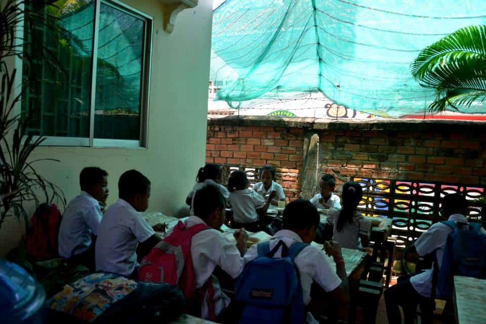 school kids having lunch