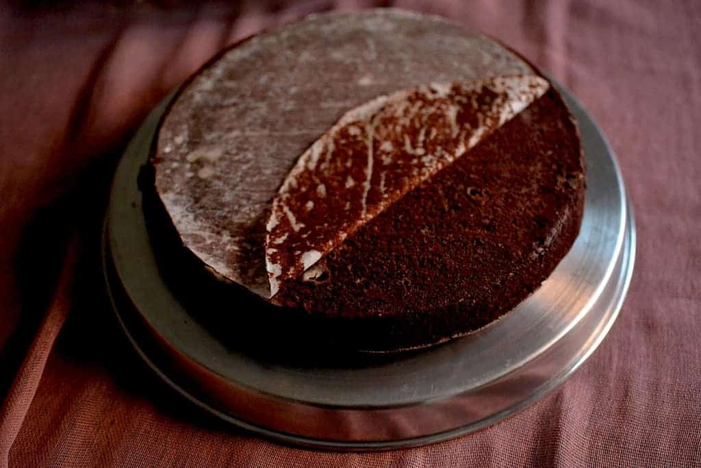 perchament paper removel of a chocolate cake