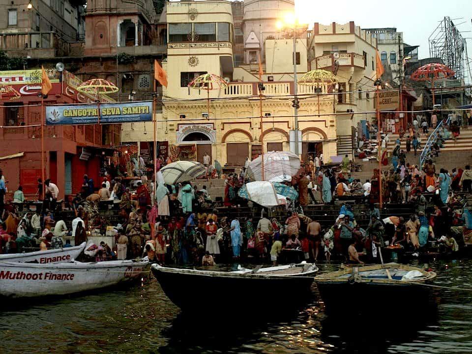 Βαρανάσι (Ινδία): Αμέτρητοι χιλιάδες Ινδοί. maninio.com