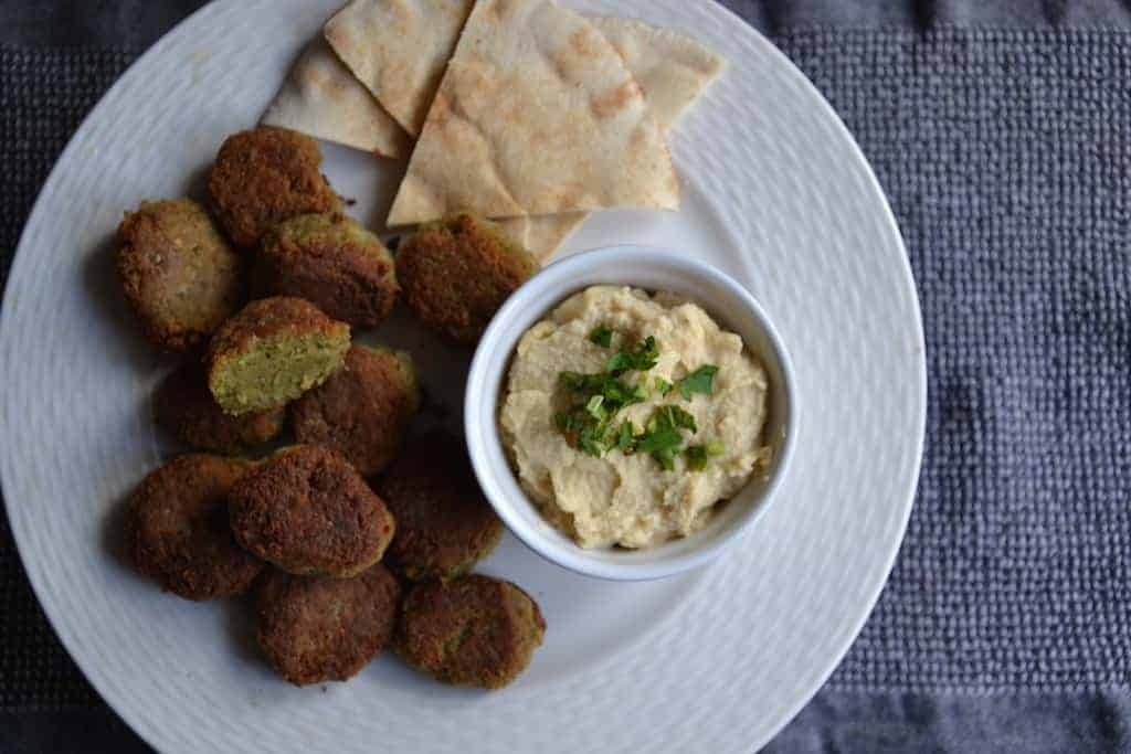 Combine Falafel of Chickpeas with Hummus and pita bread | Middle East.maninio.com