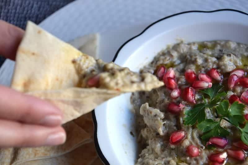 Σερβίρετε με πίτες Αραβικό Μουτάμπαλ (Μπαμπά Γκανούς) Μέση Ανατολή - Vegan