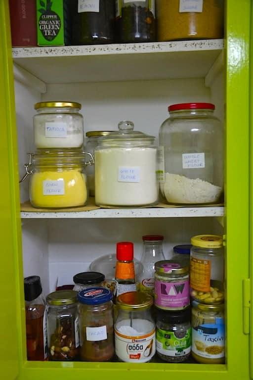 How to organize your pantry as a clean Vegan | Shopping List. maninio.com #cleanveganpantry #veganpantry