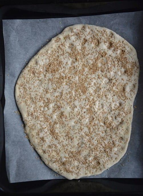 Σουσάμι - Σπιτική Λαγάνα με γλυκάνισο και πρόταση σερβιρίσματος. maninio.com