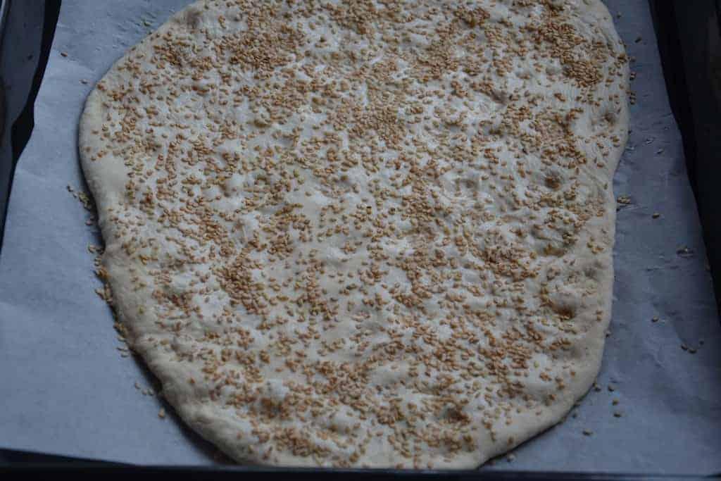 Έτοιμη για ψήσιμο - Σπιτική Λαγάνα με γλυκάνισο και ρπόταση σερβιρίσματος. maninio.com