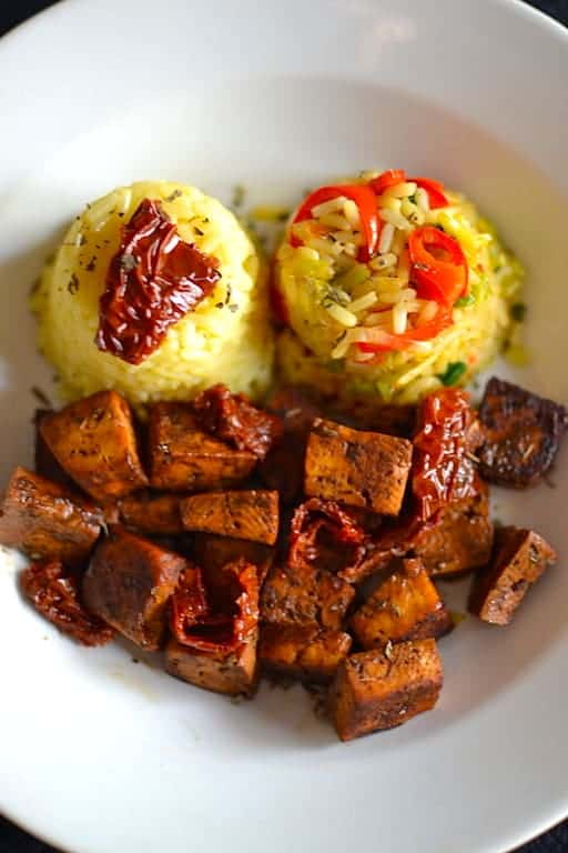 Ψημένο τόφου με ρύζι λαχανικών και βασιλικό. 25+ Vegan Προτάσεις φαγητού για το Πάσχα maninio.com