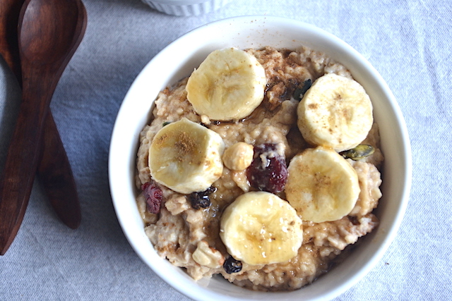 porridge with bananas with 2 woode nspoons