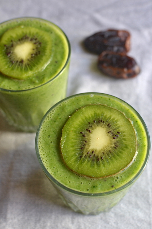 kiwi smoothie with dates