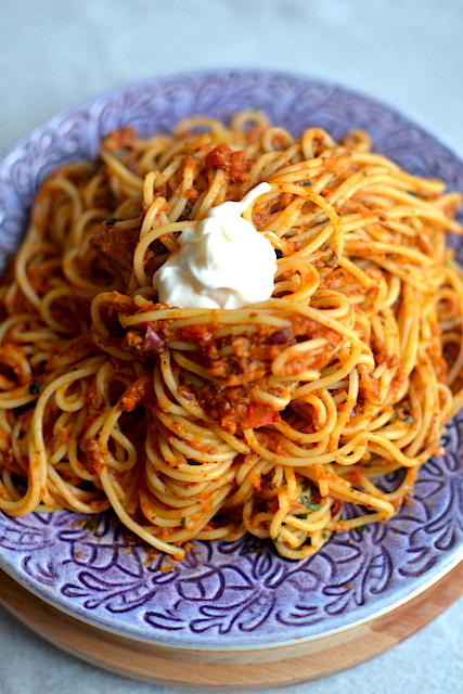 Pasta recipe with cream in a purple plate
