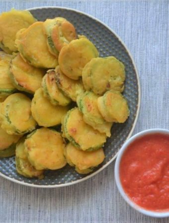 Fried squash with tomato sauce